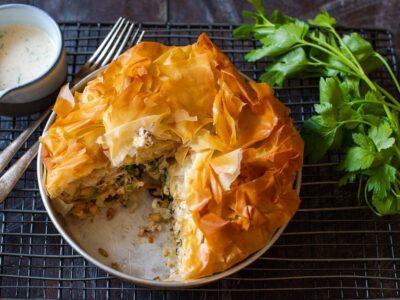 """Lakštinės (""""filo"""") tešlos pyragas su vištiena, kruopomis ir žalumynais"""