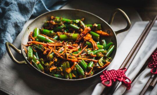 Daržovių stir fry su česnakais ir aitriosiomis paprikomis