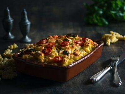 Vištiena ir saulėje džiovintais pomidorais įdaryti makaronai