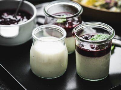 Kefyro desertas su šaldytų uogų kompotu